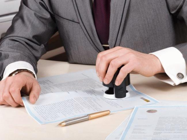 Оценивая документы, подтверждающие трудоустройство и уровень дохода, банк определяет, сможет ли клиент погашать кредит и выносит решение