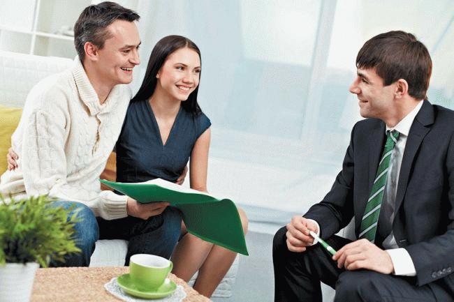 Два мужчины и женщина обсуждают удачную сделку