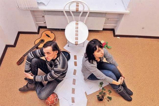 Мужчина и женщина смотрят в разные стороны