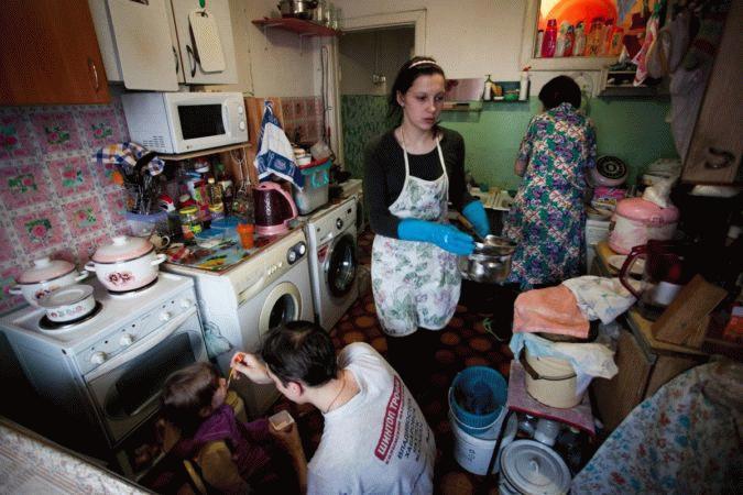 Много людей в квартире